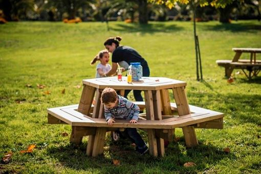 Table de pique-nique hexagonale avec bancs en bois